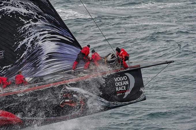 Choć zwykle podczas regat Volvo Ocean Race oglądamy takie obrazki to najcięższe decyzje zapadają pod pokładem. Wsparcie zapewnia między innymi pakiet Expedition (Credit: PAUL TODD/Volvo Ocean Race)