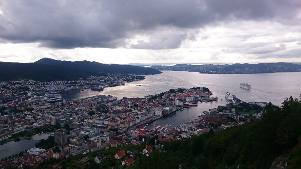 Bergen: widok z góry  Fløyen na port i targ rybny